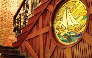 Ламперия със стъклопис на стълбите към второ ниво