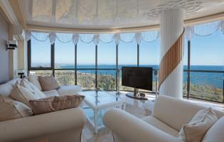 Дневна с панорамна гледка към морето