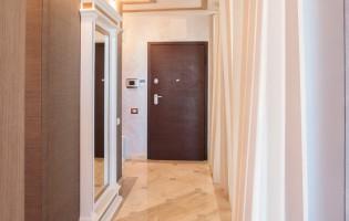 Коридор срещу основната спалня с декоративни дървени елементи на станата