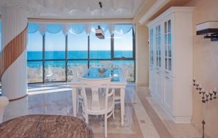 Трапезария с изглед към морето